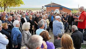仏南西部アレスで8日に開かれた難民・移民の受け入れに反対する集会。1週間前には同じ場所で受け入れ賛成派が集会を開いた=イザベル・コントレーラス撮影