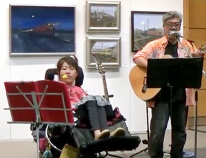 8月30日に埼玉県熊谷市であったイベントで「19の軌跡」を披露する見形信子さん(左)と新島茂男さん=ユーチューブから