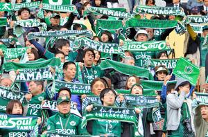 タオルマフラーを広げて勝利を祈る松本山雅のサポーターたち=松本市のアルウィン