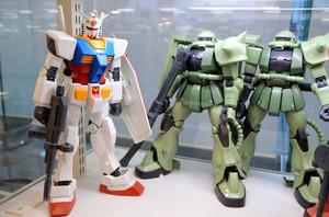 「バンダイホビーセンター」に展示されているガンダム(左)とザク(右二つ)のプラモデル=静岡市葵区長沼