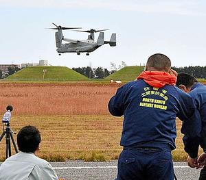 オスプレイの騒音測定をする防衛省の職員=24日午前9時2分、千葉県木更津市の陸上自衛隊木更津駐屯地、堤恭太撮影