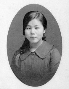 豊橋高等女学校時代の金子さん。卒業後、古関裕而氏と結婚した(県立豊橋東高校提供)
