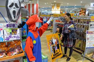 ショッピングセンターの特設売り場には、ハロウィーンで仮装する衣装や雑貨、菓子が並ぶ=横浜市戸塚区のイオンスタイル東戸塚店