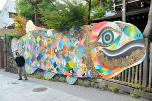 600匹の魚、古い温泉街を泳ぐ 長野でアート企画