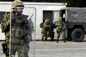 安保関連法に基づく「駆けつけ警護」で、陸上自衛隊が公開した国連職員救出の訓練=24日午後3時1分、岩手県滝沢市の陸上自衛隊岩手山演習場、仙波理撮影