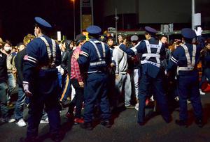 やじ馬を止める警察官ら=2014年11月3日午前0時21分、大阪府岸和田市小松里町