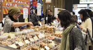 手作りのお菓子など約1千種類の商品が並んだ=仙台市青葉区