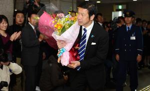 職員らに拍手で迎えられた米山隆一知事=25日午前、新潟県庁