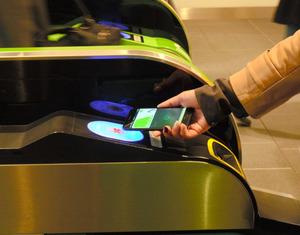 iPhone7シリーズを自動改札機にかざすだけで通過できる=東京・新宿