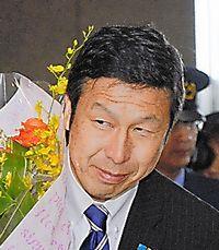 初登庁した米山隆一知事=25日午前、新潟県庁