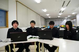 外国人観光客向けのプランを発表した4人。左から佐藤君、大沼君、関君、高橋さん=県立村山産業高校