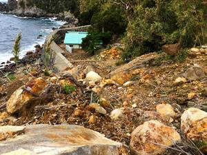 寝待温泉に通じる道をふさぐ大量の岩や土砂=12日、口永良部島の寝待地区、屋久島町提供