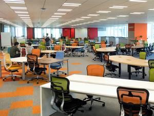 ヤフー本社内のオフィス。机は弧を描いたり、ジグザグに配置されたりしていた。社員がわざとぶつかりやすくすることで、会話の機会を作る狙いだ=東京・紀尾井町