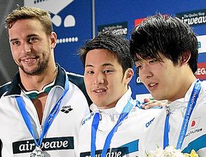 男子200メートルバタフライで優勝した瀬戸大也(中央)