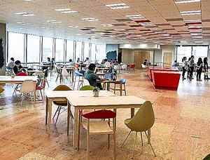 ヤフー本社内に設置されたカフェ。社員はこったデザインの机やいすがある明るい部屋で、仕事をしていた=東京・紀尾井町