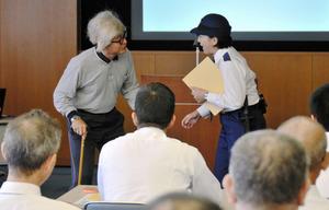 徘徊(はいかい)する認知症高齢者を発見したという設定で声かけを行う「ロールプレイング」も実施された=県警
