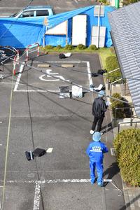 乳児の遺体は25日朝、写真右奥側の植え込みで発見された。そのすぐ右側の多目的トイレで8日前に血痕が見つかり、栃木県警矢板署員が調べていた=25日午前、矢板市扇町1丁目