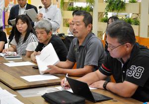 訴訟を起こした遺族の会合で発言する今野浩行さん(右から2人目)=9月11日、石巻市穀町