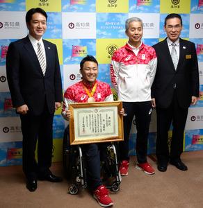 県スポーツ特別栄誉賞の表彰状を手に記念撮影する池透暢選手(左から2人目)と小林順一監督(同3人目)=県庁