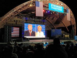 ヒスパニック系が多く集まったテレビ討論会観戦パーティー。野外劇場に巨大なスクリーンが設置された=19日、米ラスベガス、宮地ゆう撮影