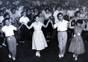 広島を訪問、フォークダンスを楽しむ三笠宮さま、同妃百合子さま=1957年8月