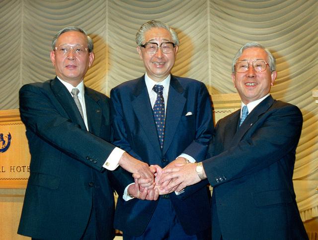 結局、日本興業銀行は第一勧業銀行、富士銀行と統合し、みずほフィナンシャルグループが誕生する。統合合意の記者会見後、握手する左から第一勧銀・杉田力之、興銀・西村正雄、富士銀・山本恵朗の各頭取=1999年8月20日、東京・内幸町