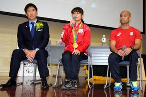 シンポジウムに参加した鈴木大地・スポーツ庁長官(左端)と伊調馨さん(中央)、山本篤さん=川崎市多摩区