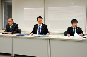 問題行動調査の結果を発表する県教委の担当者=県庁