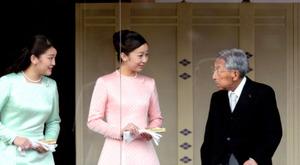 新年の一般参賀に姿をみせた三笠宮さま、秋篠宮家の佳子さま、眞子さま=2015年1月、皇居