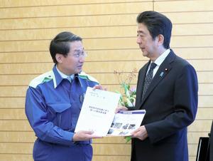 風評被害「政府挙げて取り組む」 首相、鳥取知事と会談