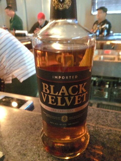 いったい何杯のんだか分からない。ウイスキー「ブラック・ベルベット」=金成隆一撮影