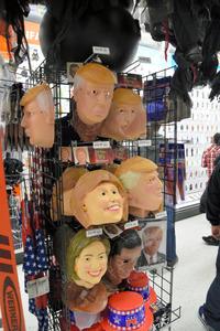 店内に並べられたトランプ氏やクリントン氏のマスクやかつら=ニューヨーク、杉崎慎弥撮影