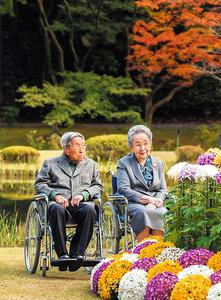 赤坂御用地を散策する三笠宮崇仁さまと百合子さま=2015年11月、宮内庁提供