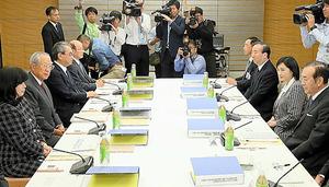 「天皇の公務の負担軽減等に関する有識者会議」に臨む今井敬座長(左から2人目)ら=27日、岩下毅撮影