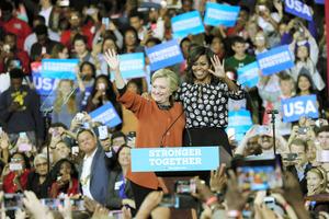 米大統領選の民主党候補、ヒラリー氏がミシェル・オバマ大統領夫人(中央右)とともに登場し、参加者からは歓声が上がった=27日午後、米ウィンストンセーラム、矢木隆晴撮影