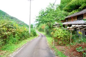 旧処分場予定地には住民が去った住宅が今も残る=岐阜県御嵩町小和沢