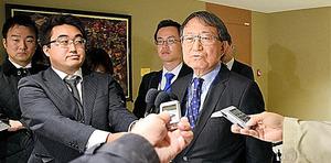 交渉開始決議案に反対した理由を説明する佐野利男軍縮大使=27日、ニューヨークの国連本部、杉崎慎弥撮影