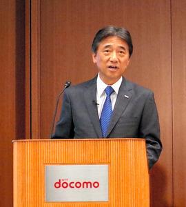 NTTドコモの吉沢和弘社長が、2016年9月中間決算を発表した=28日、東京都千代田区