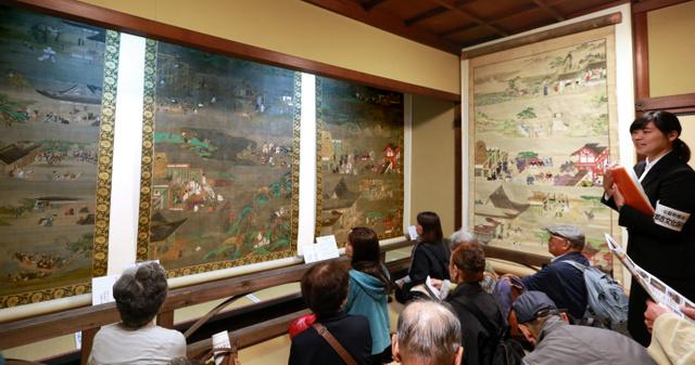 「誓願寺縁起」3幅(左)とその模本=28日、京都市中京区、佐藤慈子撮影