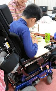 難病の筋ジストロフィーで、福祉避難所で過ごす女性の長男=25日夜、鳥取県倉吉市、柏樹利弘撮影