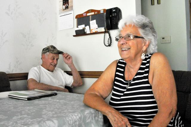 「公立学校で聖書を教えなくなったころから米国はおかしくなった」と語るエドナ・プリンキーさん(右)。50年代の米国を懐かしんだ=8月9日、ペンシルベニア州コネルズビル、金成隆一撮影