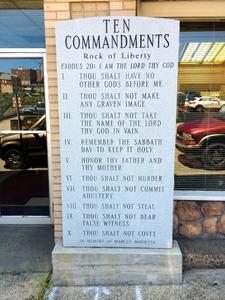 写真①理髪店の前に建てられた「モーゼの十戒」の石碑=ペンシルベニア州コネルズビル、金成隆一撮影