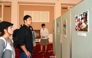 来場者は写真パネルに釘付けになっていた=宇都宮市の県庁昭和館