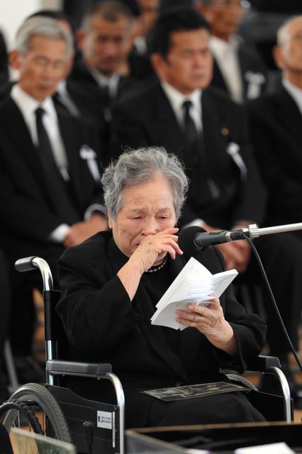 涙を抑えながら祈りの言葉をのべる水俣病患者代表の大矢ミツコさん=29日午後2時27分、熊本県水俣市、小宮路勝撮影