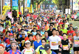 大阪マラソンで、スタートするランナーたち=30日午前、大阪市中央区、伊藤進之介撮影