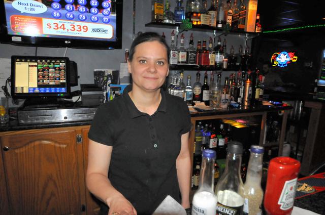 写真①トランプ支持者のデイナ・カズマークさん。昼間は喫茶店、夜はバーで働く=3月25日、オハイオ州ジラード、金成隆一撮影