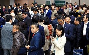 小池百合子氏が立ち上げる「希望の塾」開講を前に、入場を待つ参加者たち=30日午前9時、長島一浩撮影