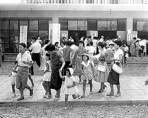 子どもの手をひいて日本母親大会に参加する女性たち=1959年8月、東京都