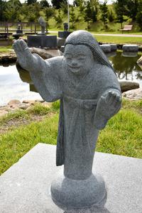 新調され元の場所に戻った「高女」の像=御坊市塩屋町南塩屋