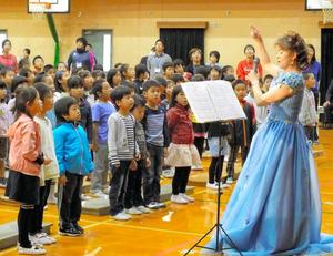 校歌を一緒に練習する児童らとソプラノ歌手の大西淑子さん=伏見区の春日野小学校